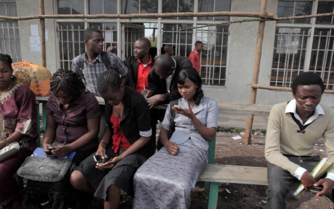 Diffusion de la vidéo sur le Kivu dans le hall d'Uni Mail